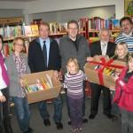 Übergabe des ersten Medienpaketes an die Stadtbücherei Voerde