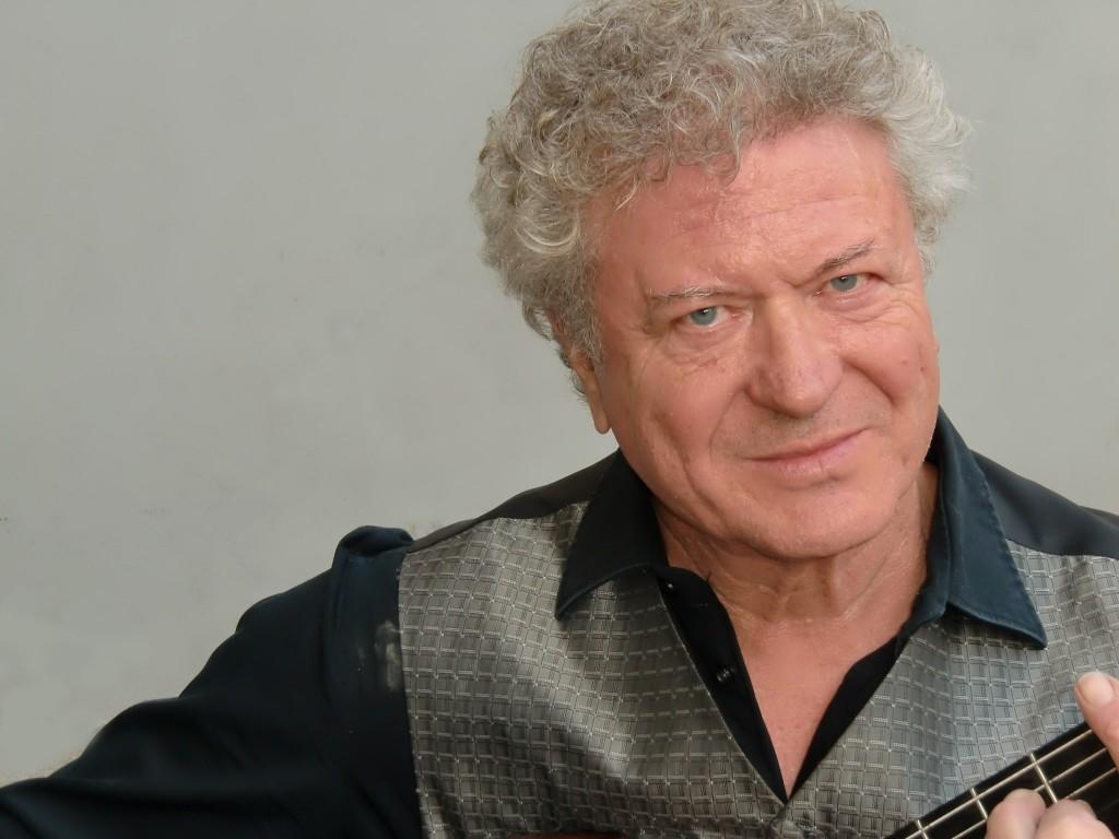 Sänger und Rezitator Max Erben mit Gitarre