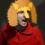 Porträt von Klaus Foitzig mit einer Löwen-Maske  und aufgerissenem Mund