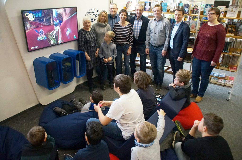 """Kinder zocken """"Mario Kart"""" bei der Spendenübergabe mit hochrangigen Vertretern der Stadt Voerde"""