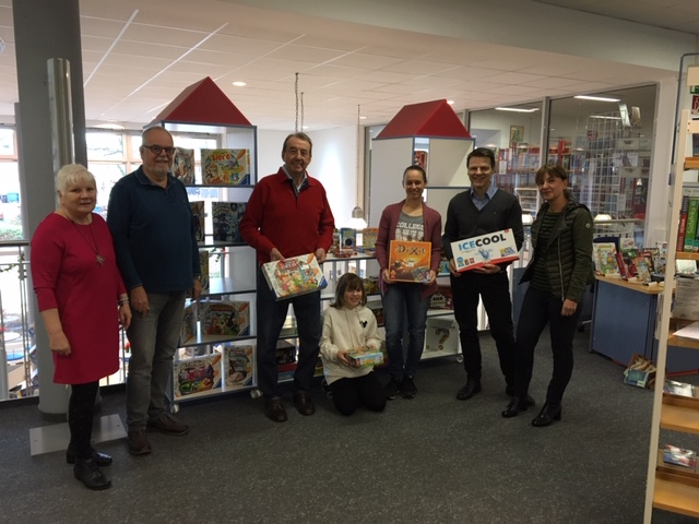 Foto von Bürgermeister Dirk Haarmann, Bibliotheksleiterin Elke Krüger und Mitgliedern des Fördervereins bei der Spendenübergabe in der Stadtbibliothek Voerde